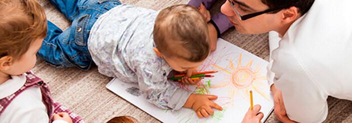 Sus primeros garabatos: etapas del dibujo infantil
