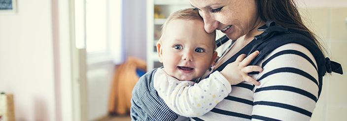 Pros y contras de llevar al bebé en brazos