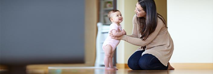 ¿Cómo enseñar al bebé a ponerse de pie?