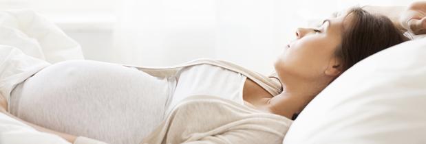 ¿Cuál es la mejor postura para dormir en el embarazo?