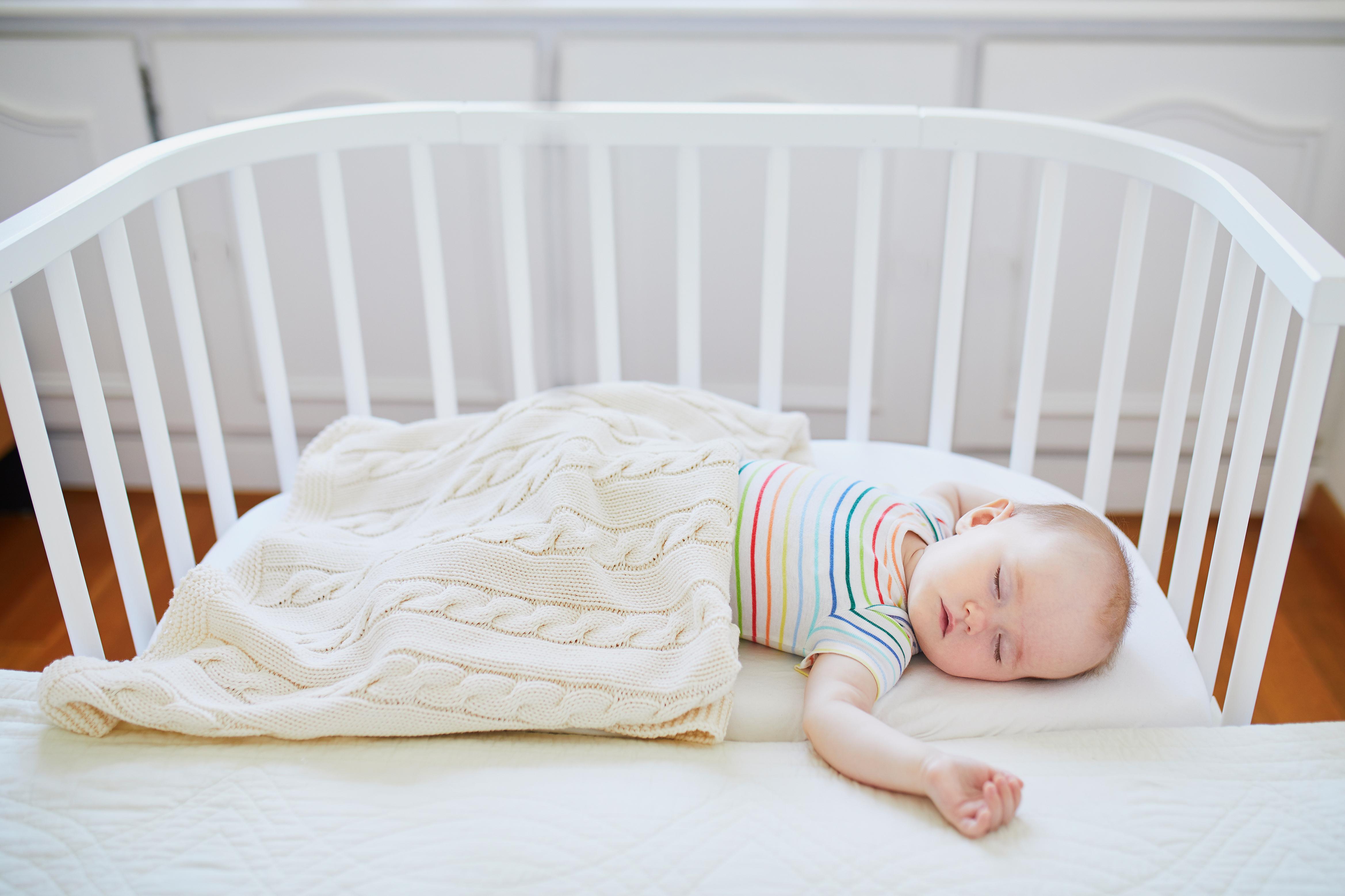 Bebé durmiendo en una cuna de colecho