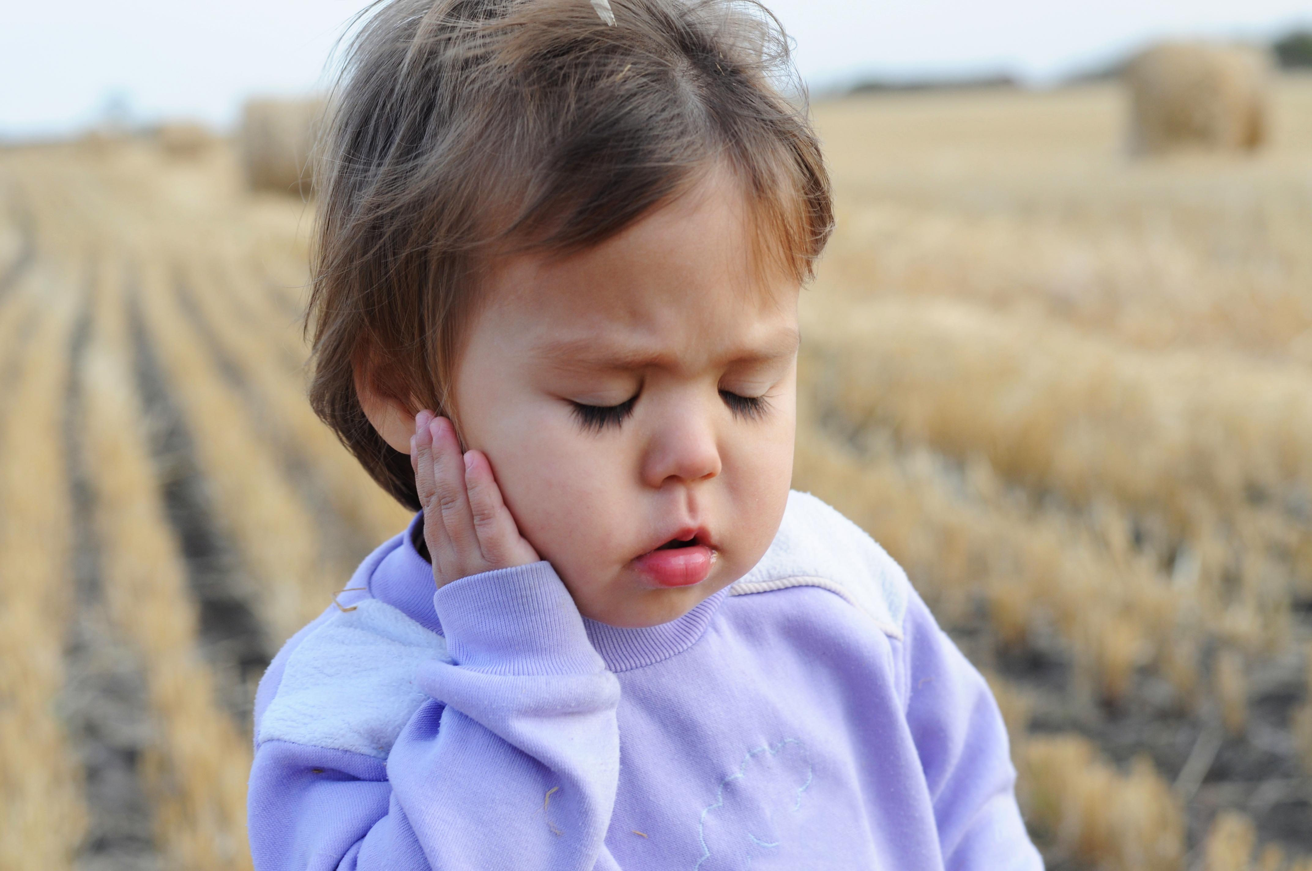 Niña pequeña con dolor de oído por otitis