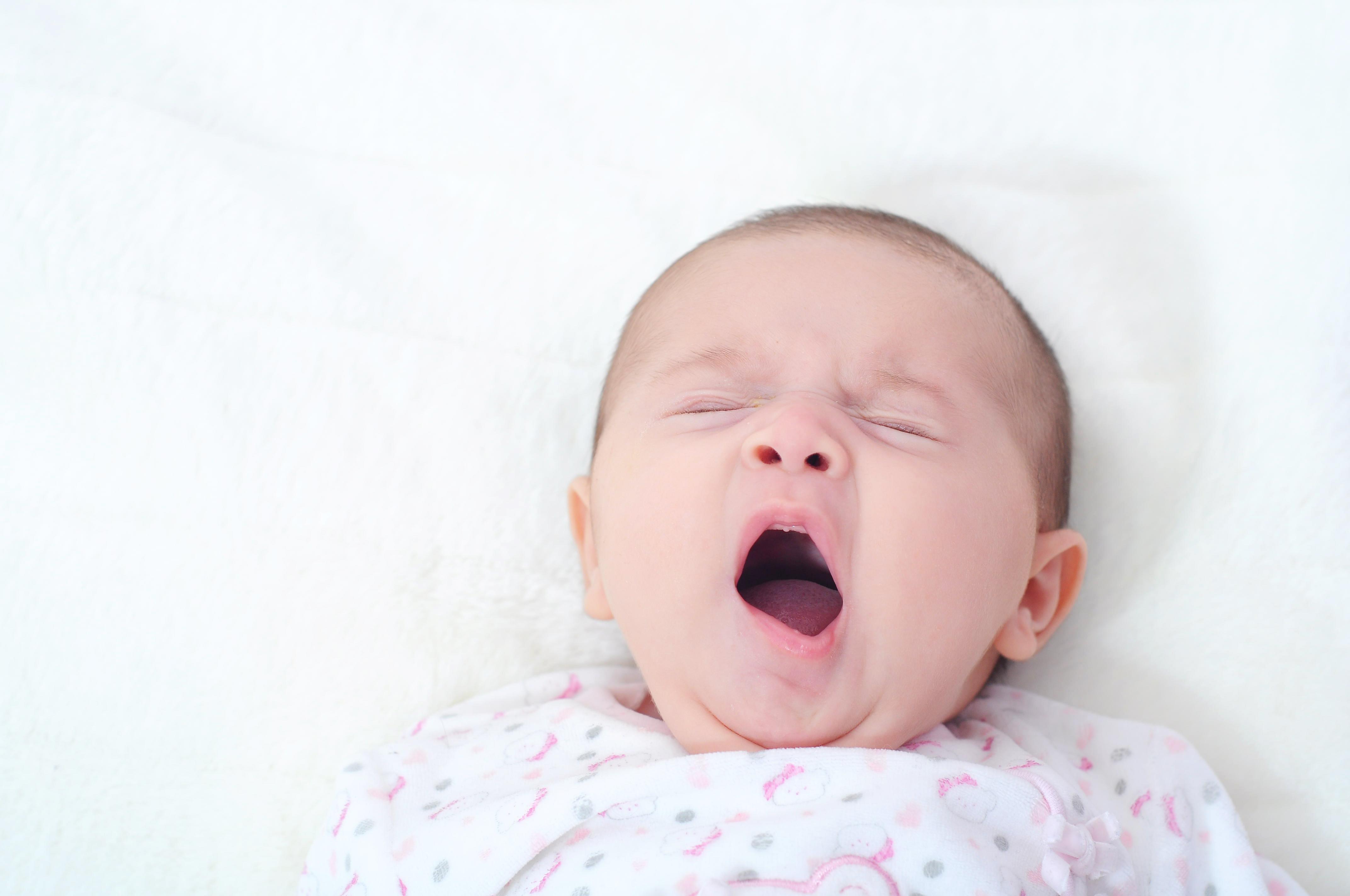 Bebé durmiendo y bostezando