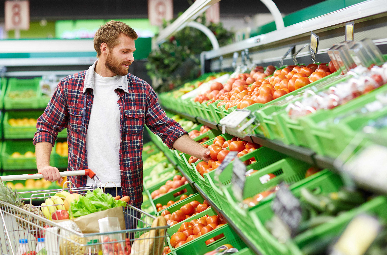 Hombre comprando fruta y verdura para combatir el estreñimiento