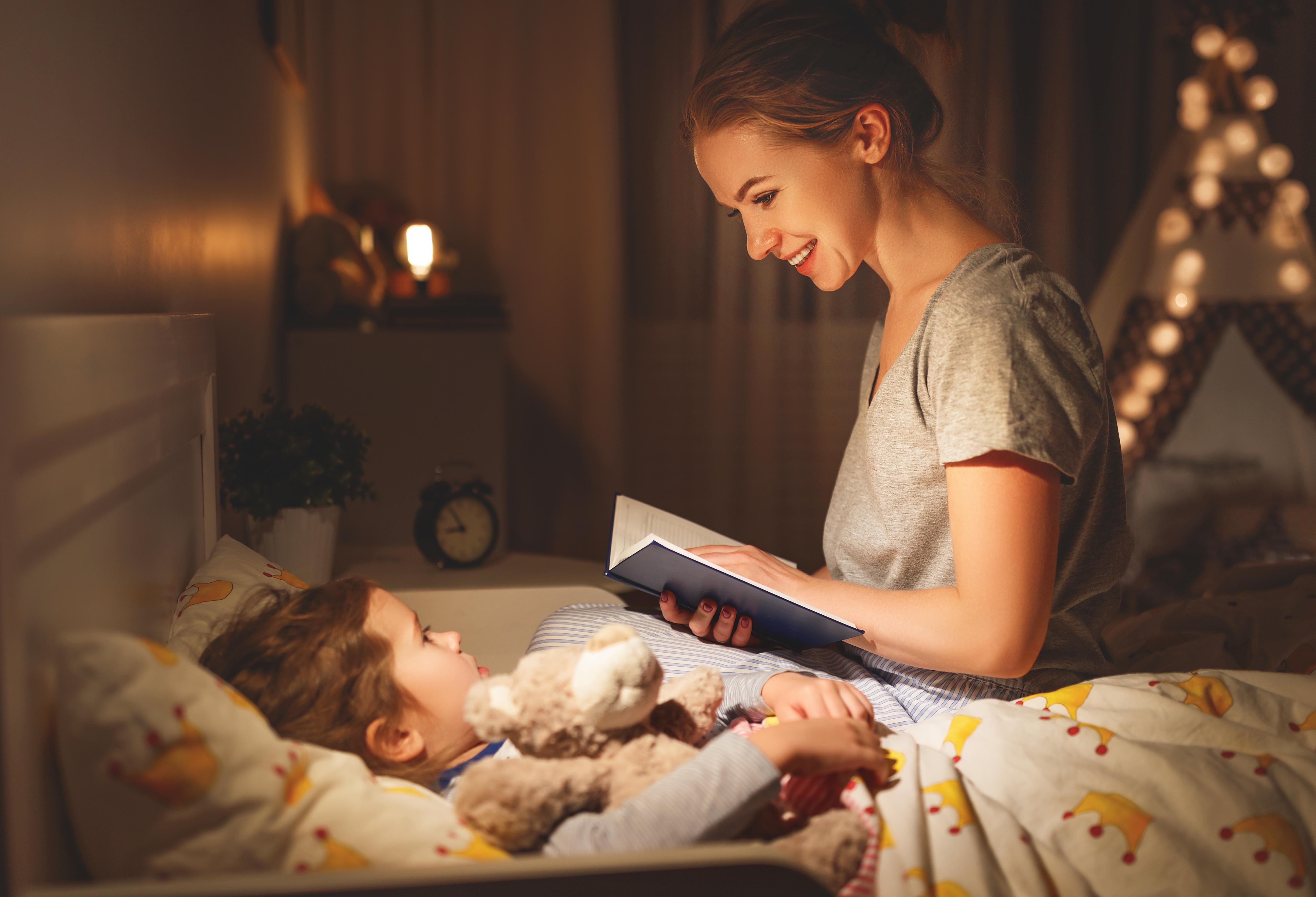 Madre leyendo un cuento para dormir a su hijo