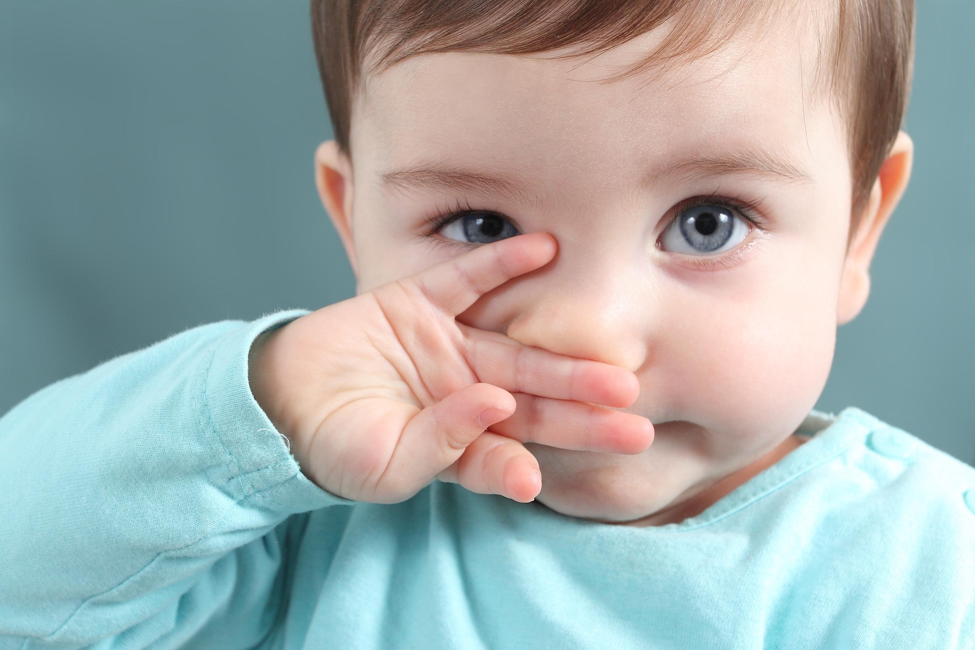 Bebé limpiándose los mocos con la mano