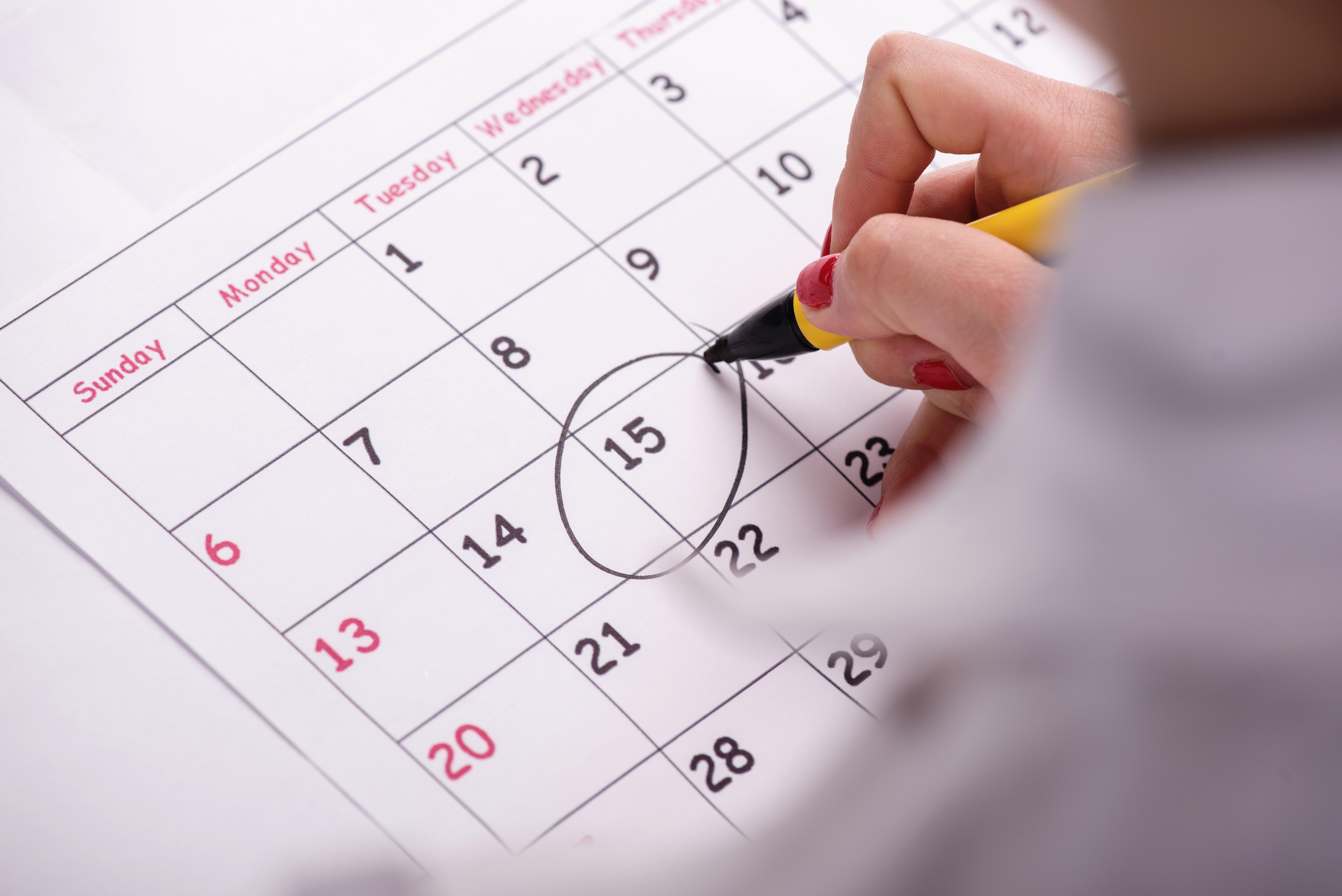 Mujer marcando sus días fértiles en un calendario