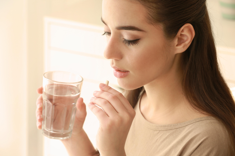 Mujer tomando ácido fólico